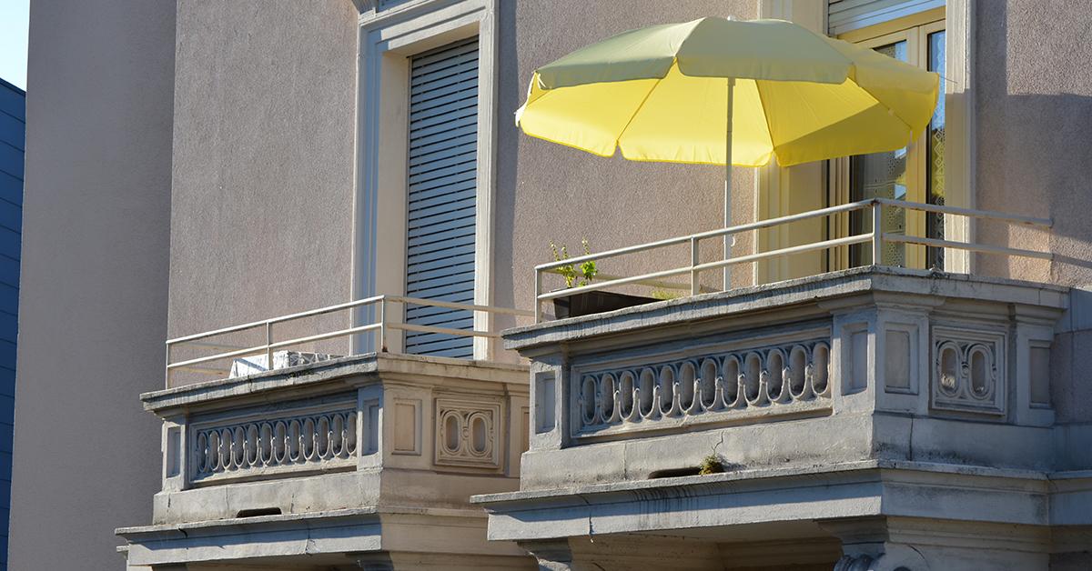 ombrellone sul balcone in condominio